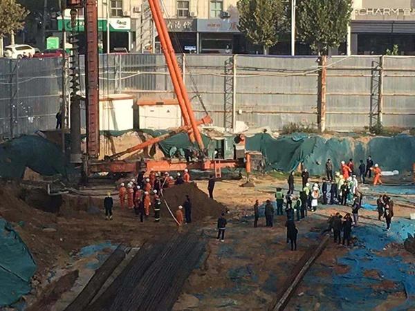 郑州红专路与姚砦路口金成时代广场3期工地发生坍塌,被埋3人中1人已死亡