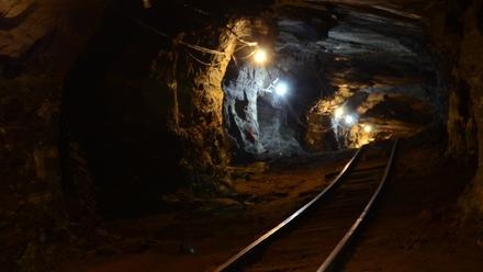 贵州毕节市织金县三甲煤矿发生疑似煤与瓦斯突出事故8人被困