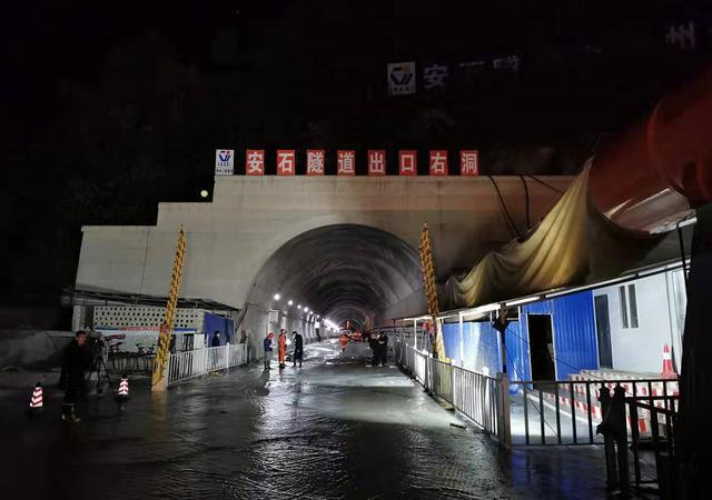 云凤高速公路第二合同段安石隧道出口处发生突泥涌水事故,4人死亡