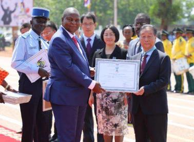 6名中国菌草技术专家荣获中非共和国国家感谢勋章