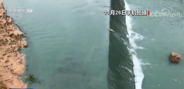 甘肃省天水市40公里清水河河面成蓝绿色,三无工厂染料废液直排