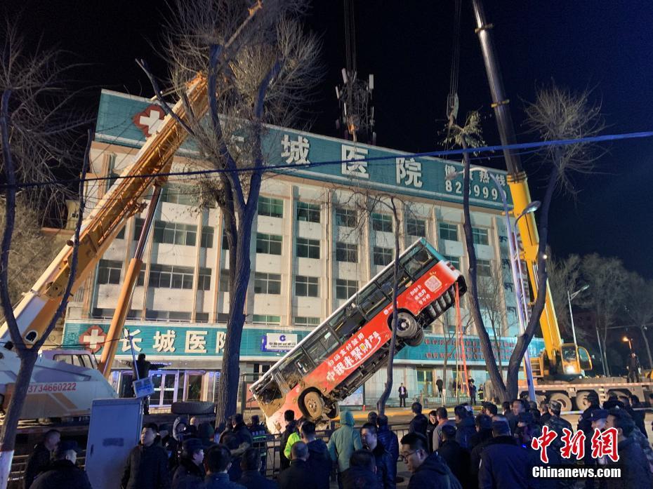 西宁市城中区南大街红十字医院一公交车站路面塌陷,公交车掉入坑中10人失联