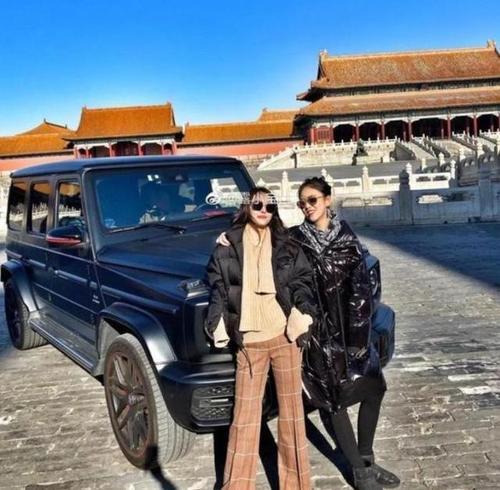 """故宫""""撒欢儿""""炫耀,奔驰车碾压故宫地砖实为""""金砖""""之脆?"""