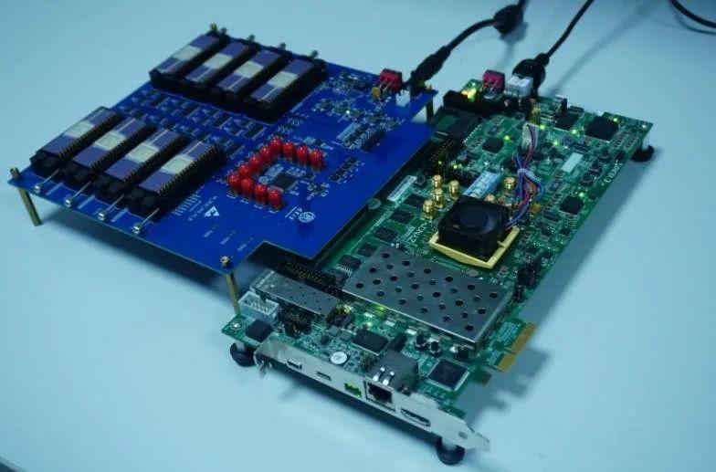 世界首款多阵列忆阻器存算一体系统问世,比传统芯片功耗降低百倍