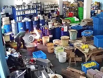 """宁波锐奇""""9·29""""火灾事故初期视频曝光:员工救火用嘴吹,最终酿成惨剧"""