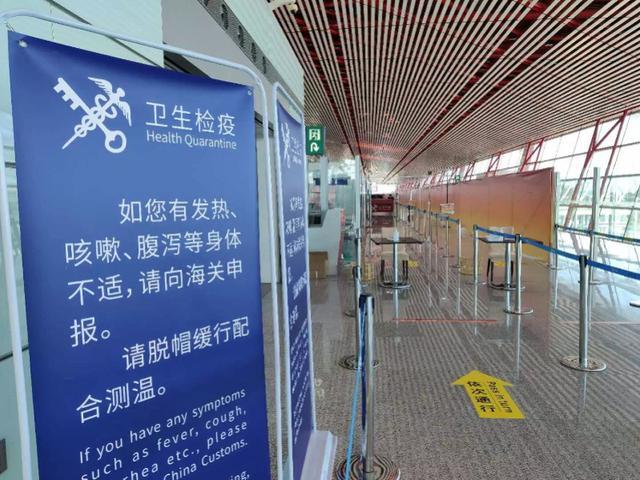 首都机场人员爆满,5名旅客带了121件行李!