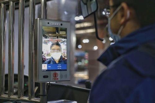 中国应用一些新技术抗击疫情,吸引购物者出来消费外出休闲、就餐和购物