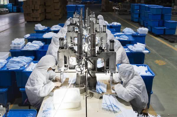 美国加价抢走法国订购的口罩,美国直接砸重金在中国截走法国订购口罩!