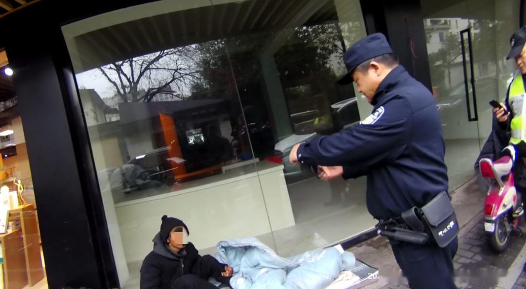 疫情期间流浪汉为活命求助警察,查身份意外破多年命案