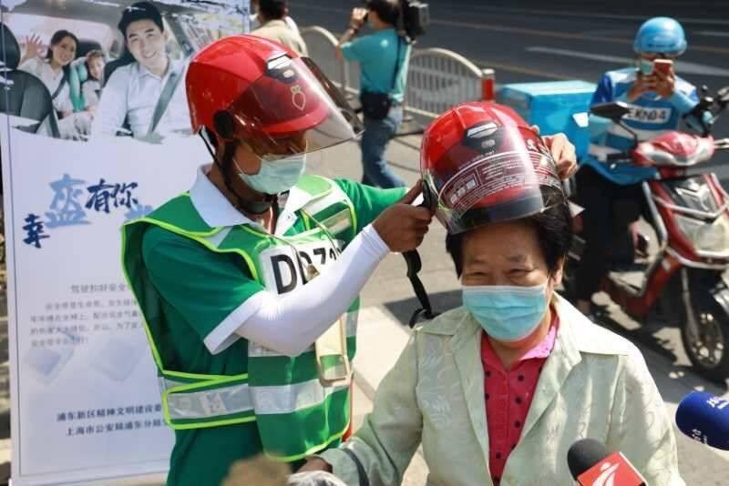 上海浦东进一步规范快递骑手交通行为,不戴头盔将面临停单辞退等