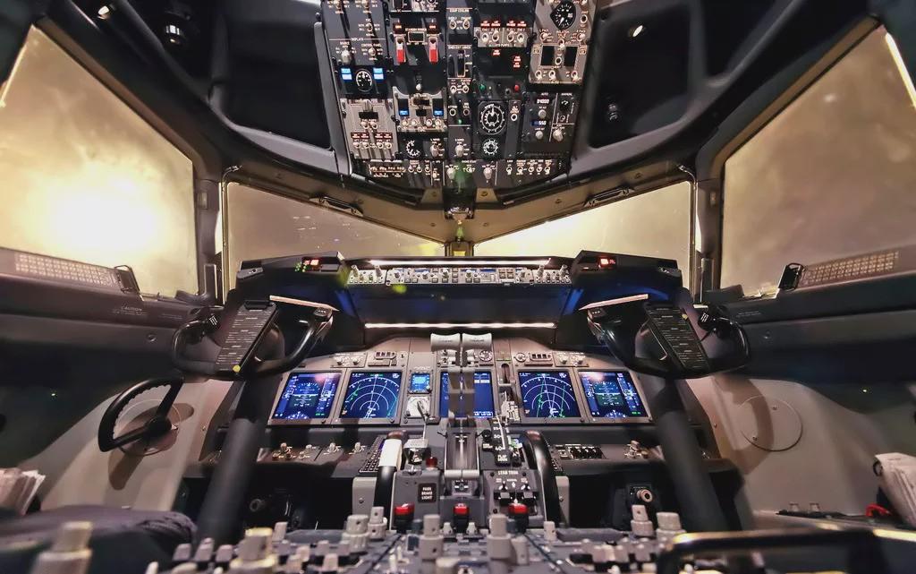 飞机没有方向盘?飞行员怎样操纵控制飞机