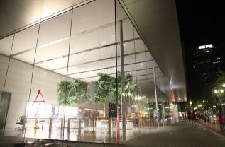 苹果临时关闭了美国大部分门店,称多家零售店被洗劫一空