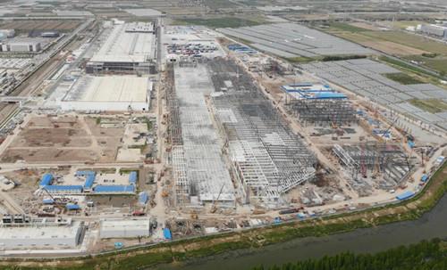 特斯拉上海Model Y厂房屋顶铺设已基本完成,墙壁目前也在继续施工