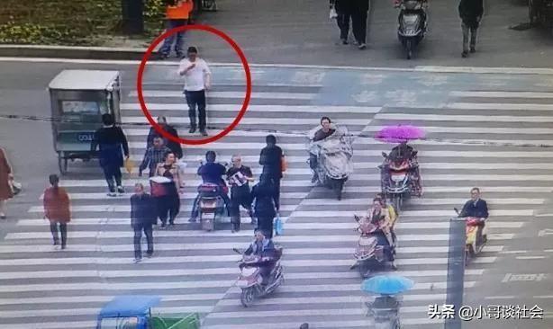 边走边看手机违法,手机依赖何时休,确实又傻又危险