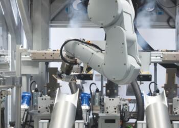 苹果用机器人组装产品遇阻,机器人拧螺丝及涂胶均不如工人