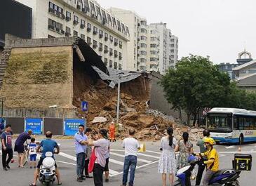 西安城墻坍塌系連續大雨所致,致4車受損4人擦傷,修復難度不大