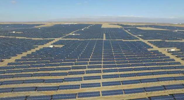 5万亩戈壁沙地上支起110余万块光伏发电板 正泰新能源让荒沙变良田