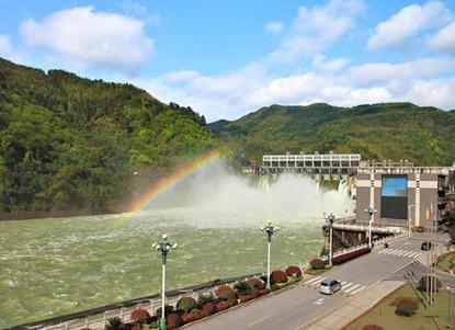 湖南省双牌水力发电有限公司2号机组转子顺利吊出