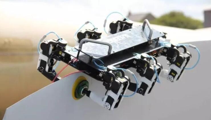 BladeBUG是一款六足機器人,可以利用真空墊腳在渦輪葉片上爬行