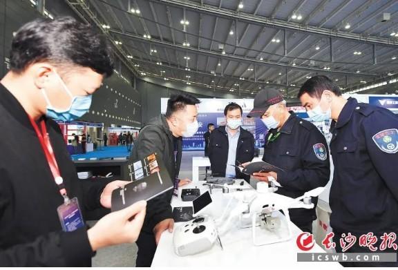第五屆中國人工智能領袖峰會在深圳會展中心舉行,人工智能產業未來可期