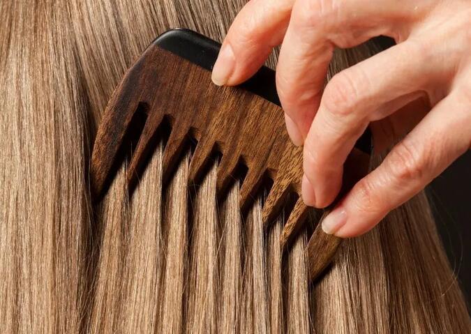 """冬天头发处于""""脆弱期"""",做6件事避免冬季伤发"""