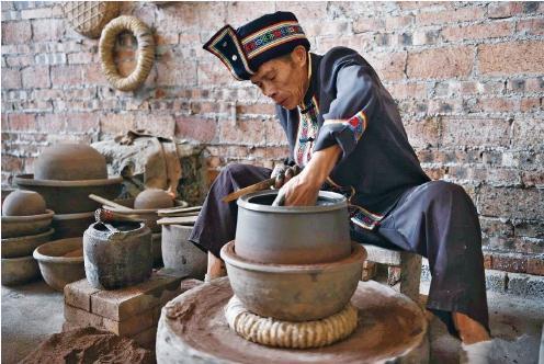 仫佬族煤砂罐制作技艺传承人吴昌术:讲述煤砂罐的制造方法及原材料