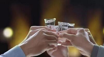 将白酒培育成年轻人喜欢的酒类,江小白的故事营销就很好