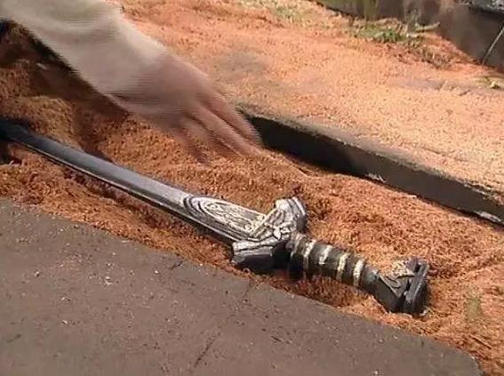 电视剧里的玄铁重剑开锋后削铁如泥,玄铁到底是什么东西?