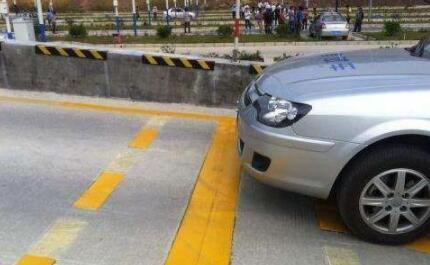 半坡起步定点停车技巧,半坡起步怎么确定停车点?