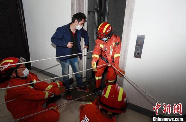 13岁男孩电梯故障自救失败坠亡,老旧电梯有退休年龄吗?