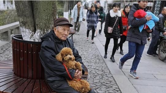 中国的养老困局日益严峻,中国如何供养最大规模的老年人口?