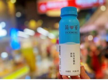 """低温酸奶""""配料表""""之争 :简爱配六年交锋的背后,是低温酸奶最引以为傲的极简配料表"""