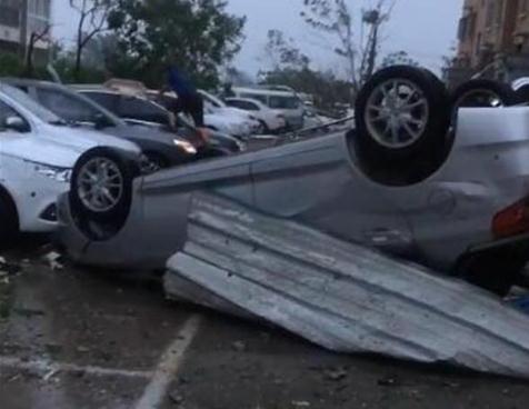 山东莘县现龙卷风多辆汽车被掀翻,强度或达到EF3级