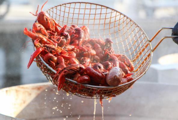 """小龙虾不断""""降价"""",可我们为什么还是吃不起小龙虾?"""