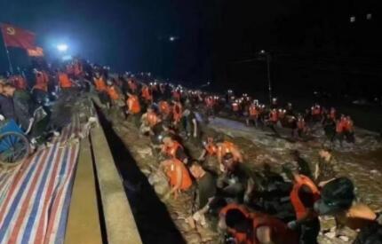 媒體:衛河鶴壁段決堤,有村民被圍在河堤上,數車石頭仍未能堵住缺口