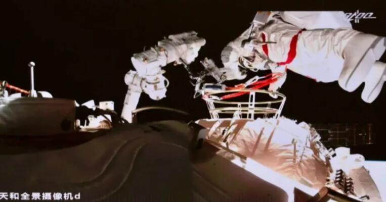 第二次出舱圆满成功,航天员穿的新一代航天服有多厉害?