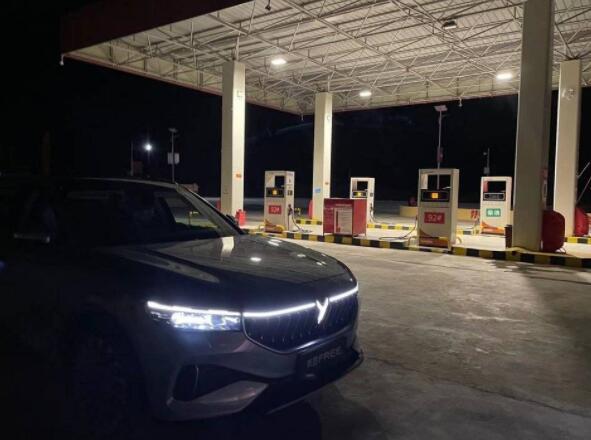高速充电排长队,新能源车充电花费五个小时,电动车的遮羞布被掀开