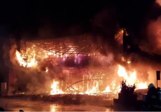 台湾高雄12层建筑凌晨突发大火,整栋大楼被火海吞噬,高层建筑火灾该如何自救