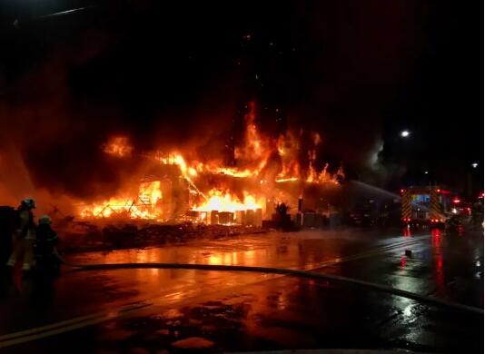 台湾高雄12层大楼起火已致46人死亡,伤亡者大部分为呛伤所致