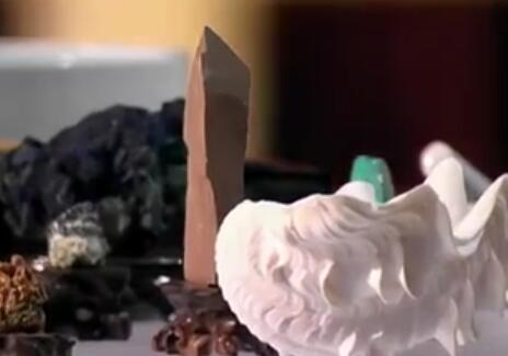 国画颜料传承人揭制作矿石颜料过程