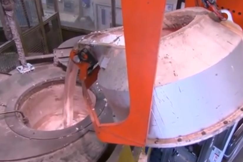 铸造行业机械化的未来 铝水浇注发动机缸体!