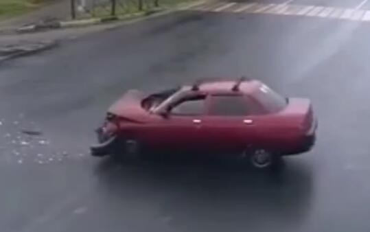超可怕的行驶中汽车爆胎瞬间