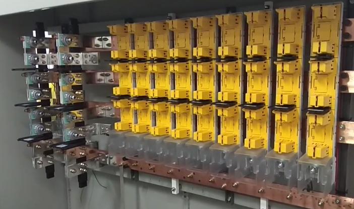 高压配电柜上的小开关是控制哪里的电流