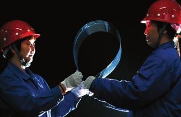 """中国造出""""超薄玻璃"""":厚度堪比A4纸"""