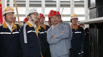 国电投铝电遵义公司氧化铝项目溶出高压隔膜泵吊装就位