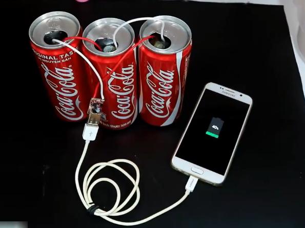 饮料瓶和盐水就可以给手机充电 教你自制简易蓄电池充电宝