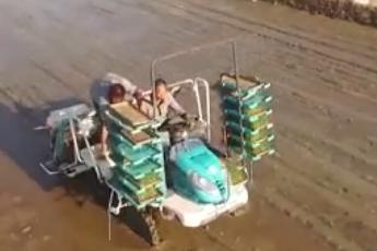 农民自制施肥机  一人3天施几十亩地