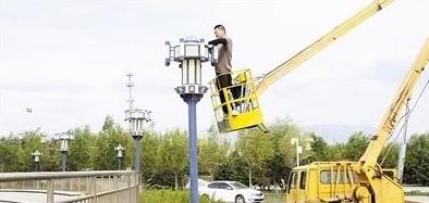 百米高空工人安装景观灯