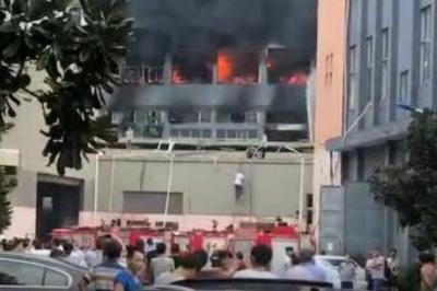 突发!浙江绍兴吉美印染厂着火,现场黑烟滚滚