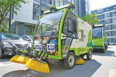 无人驾驶清洁车亮相上海,一辆清洁车顶10个工人